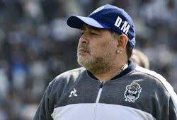 Maradona dirige el entrenamiento de Gimnasia